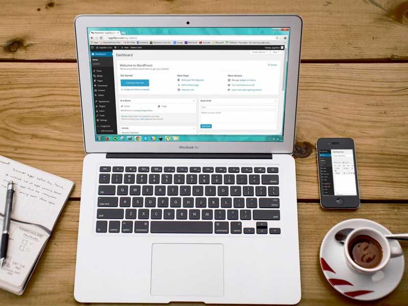 Bild av dator med skärmbild med en WordPress hemsida